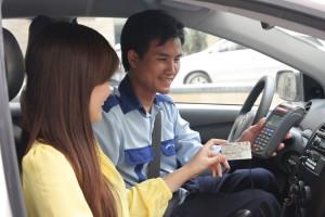 Nhân viên Taxi Group thanh toán bằng thẻ cho cho khách hàng
