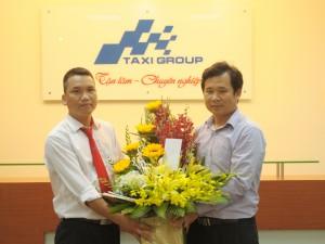 Ban lãnh đạo Taxi Group tặng hoa lái xe Nguyễn Văn Đồng - Một con người có nghĩa cử cao đẹp